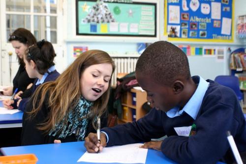 Mentor helping student in classroom (photo: Yemisi Blake)